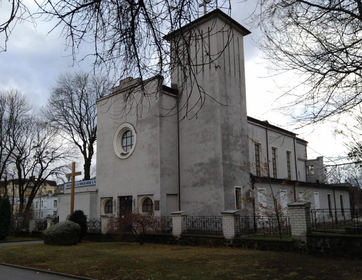 Вид костела Святих Апостолів Петра і Павла з боку вулиці Соборної
