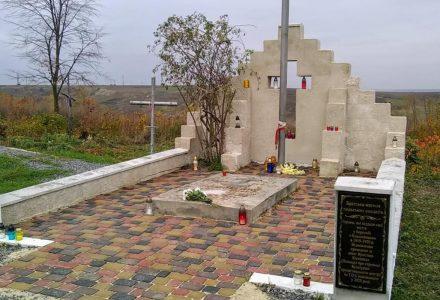 В Острозі відреставрували й освятили столітню братську могилу