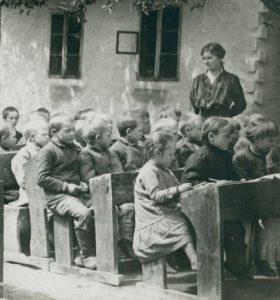 Учні українських шкіл на Волині у 1916 році. Ретрофото