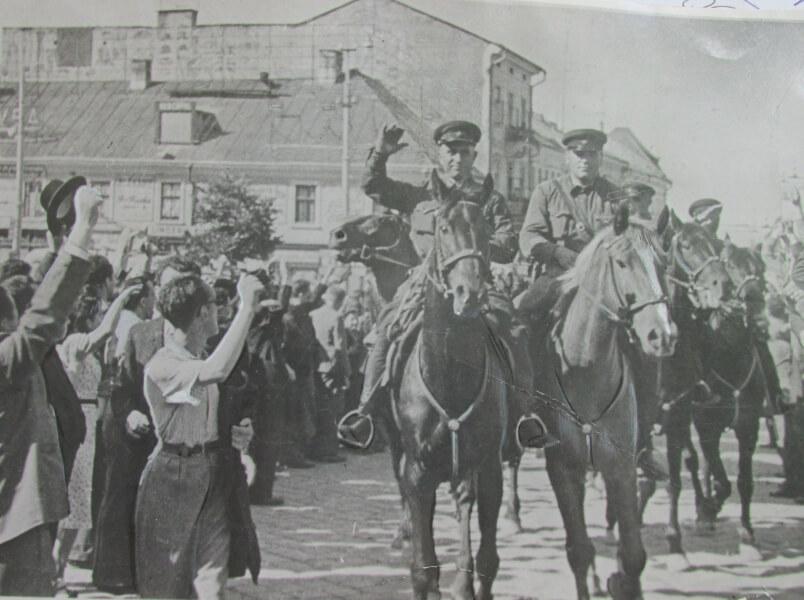Визволителі просили їсти і штурмували місцеві магазини, скуповуючи небачений для СРСР крам
