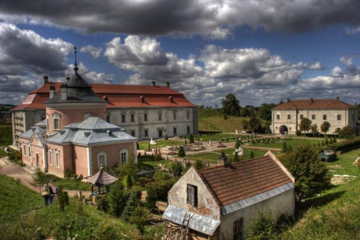 Шість наймістичніших замків Західної України. Моторошні історії кам'яних стін та загублених життів